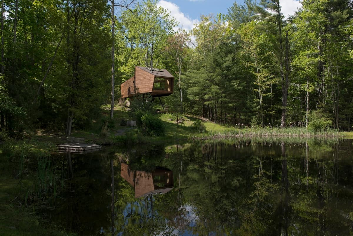 This architecturally stunning treehouse is one of the best airbnb rentals in New York