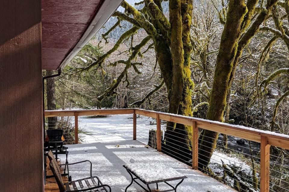 secluded creekside cabin rental oregon