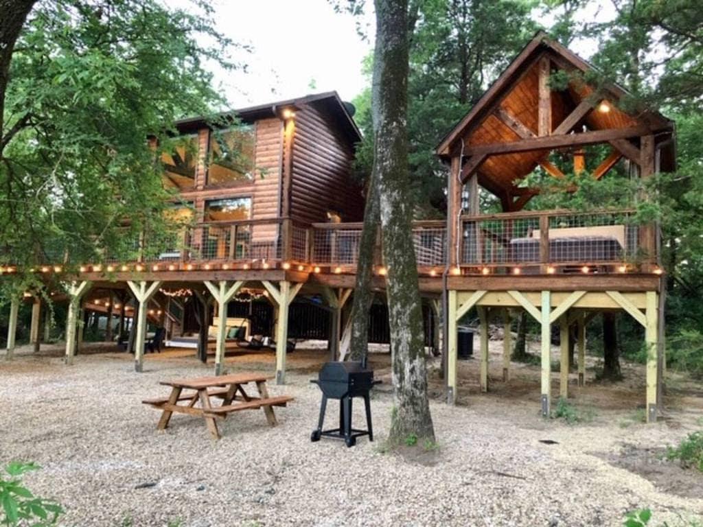 Hackberry Creek Getaways treehouse