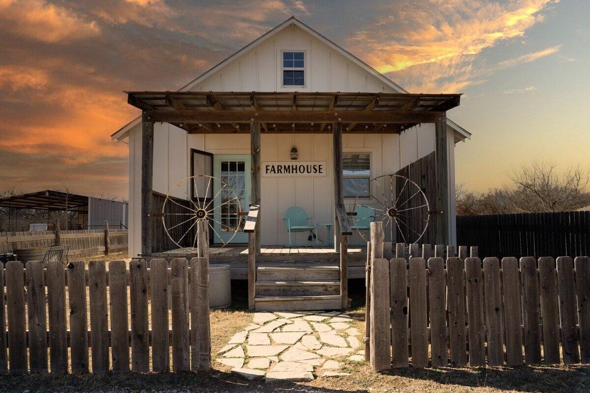 Fredericksburg airbnb farmhouse