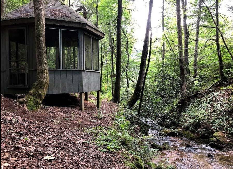 creekside secluded georgia cabin