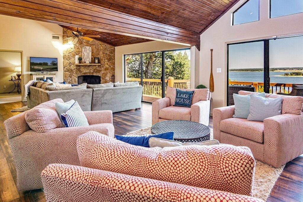 Luxurious Texoma lakefront home